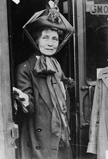 Mrs_Pankhurst_at_doorway