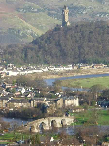 450px-Old_Stirling_Bridge_and_the_Abbey_Craig_with_the_Wallace_Monument,_Stirling_Scotland