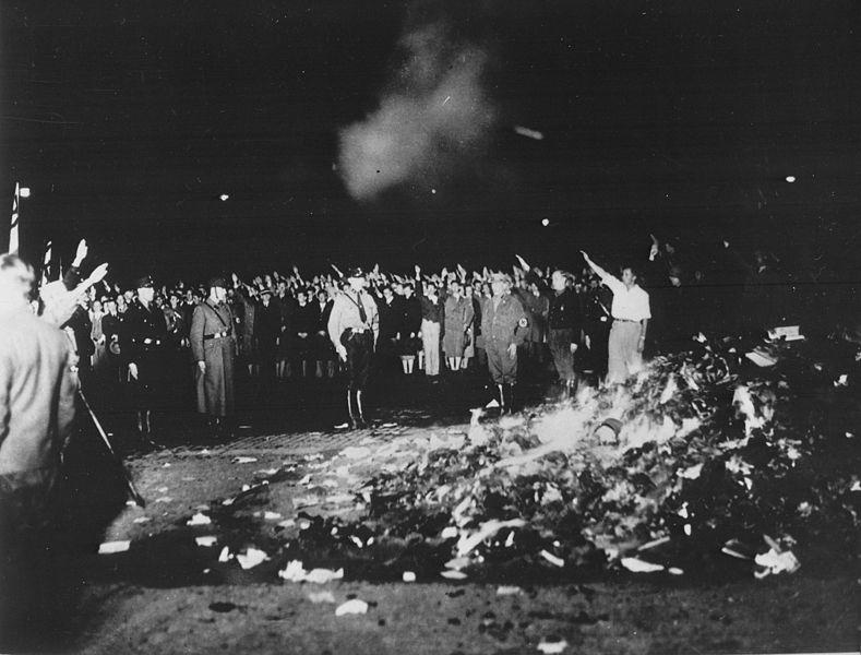 80 лет назад в нацистской Германии началось массовое сожжение неугодных книг.