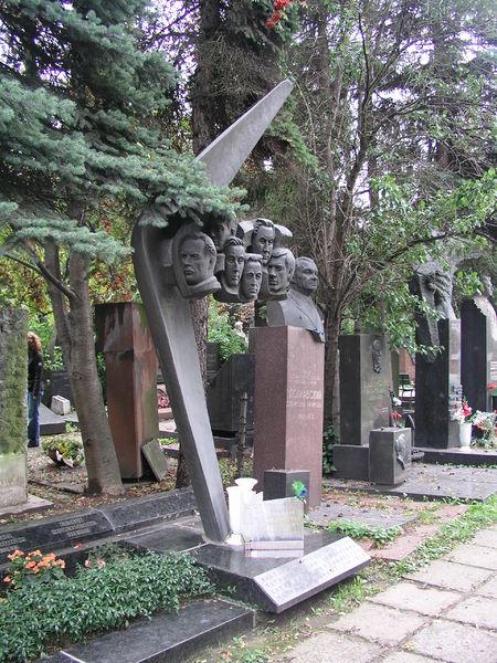 450px-2008-09_Moskau_Friedhof_Crew_TU_144