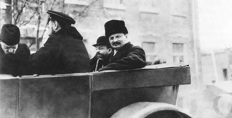 800px-Leo_Trotsky_1918_Spb