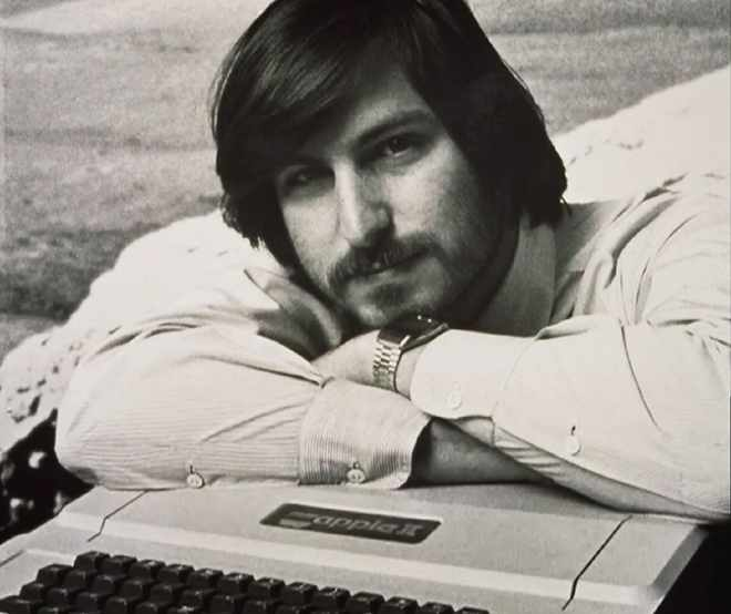 steve-jobs-photo-shoot-with-aple-ii