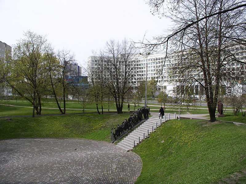 800px-Belarus-Minsk-Memorial_Pit-2
