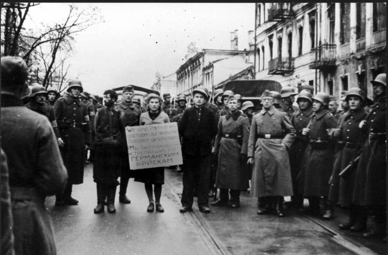 Bundesarchiv_Bild_146-1972-026-43,_Minsk,_Widerstandskämpfer_vor_Hinrichtung