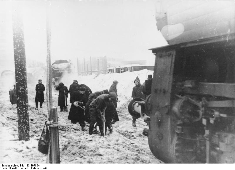 Minsk, Juden müssen Schnee räumen auf dem Bahnhof