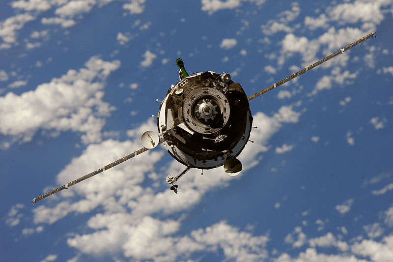 800px-Soyuz_TMA-01M_spacecraft_approaches_the_ISS_2
