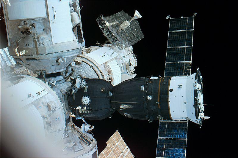 800px-Soyuz_acoplada_MIR