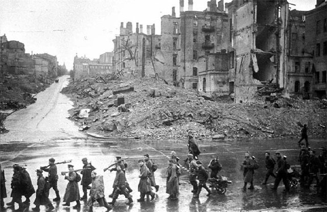 Kiev_Kreschatik_after_liberation_November_1943