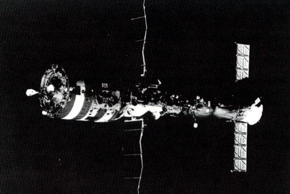 Salyut7_with_docked_spacecraft
