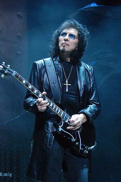 401px-Tony-Iommi_2009-06-11_Chicago_photoby_Adam-Bielawski