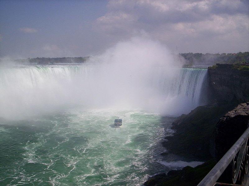 800px-NiagaraFallsAndMaidOfTheMistShip
