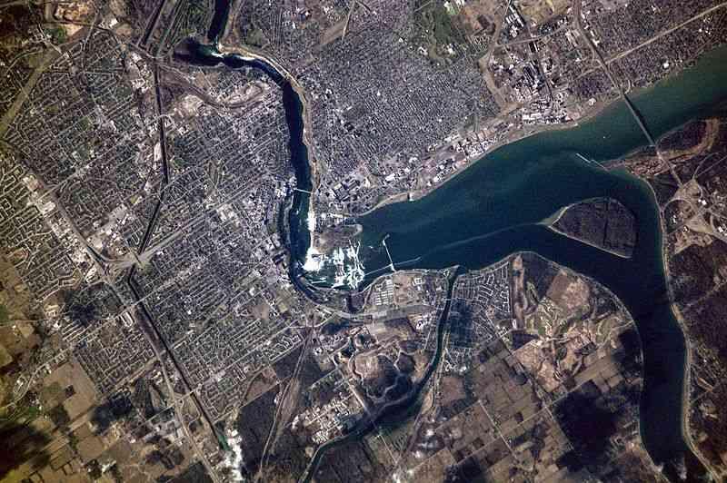 800px-Niagara_falls