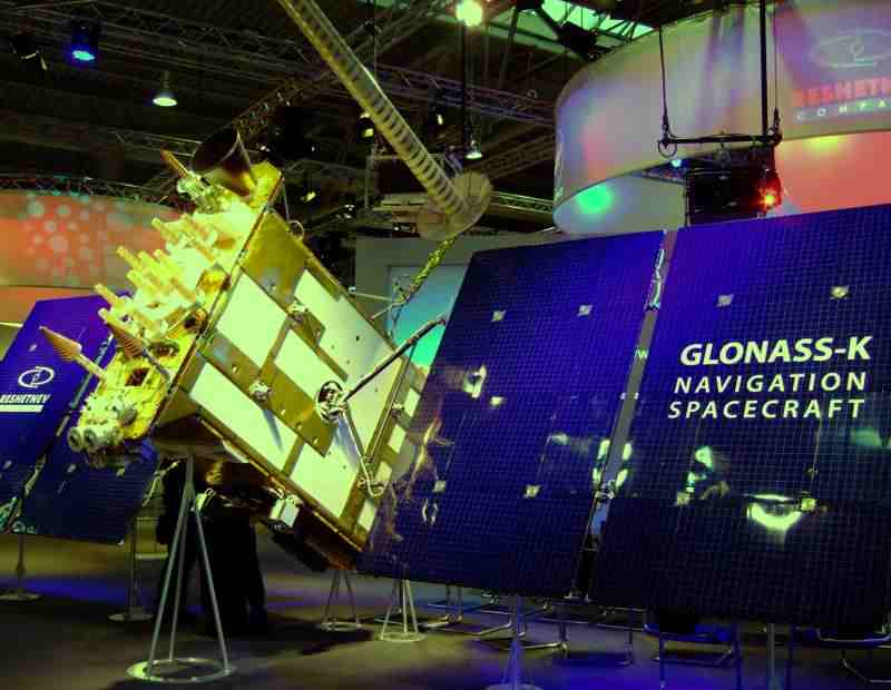Glonass_K_Navigation_Spacecraft_model_at_Cebit_2011_Satellite,_general_view_from_the_right