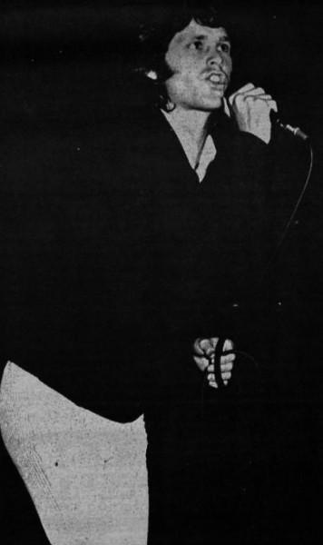 Jim_Morrison_performing_1967