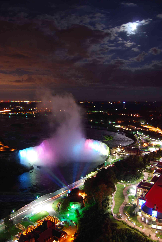 Niagara_Falls_at_night1