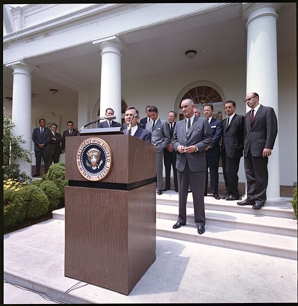 584px-David_Rockefeller_Launches_IESC_in_White_House_Rose_Garden_in_1964