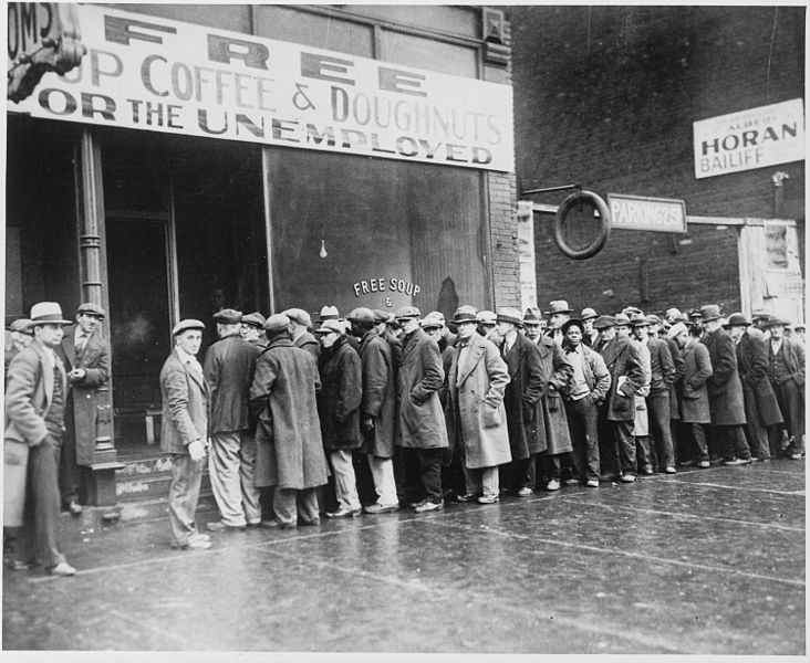 732px-Unemployed_men_queued_outside_a_depression_soup_kitchen_opened_in_Chicago_by_Al_Capone,_02-1931_-_NARA_-_541927