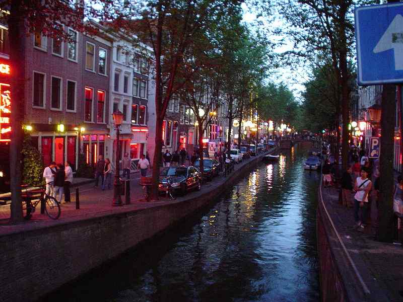 800px-Amsterdam_red_light_district_24-7-2003