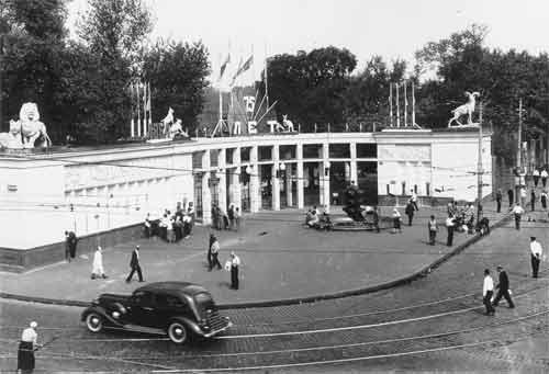 Главный вход, оформленный к 75-летию зоопарка. 1939