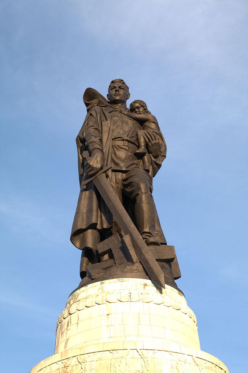 Памятник Воину-освободителю в Берлине в Трептов-парке.