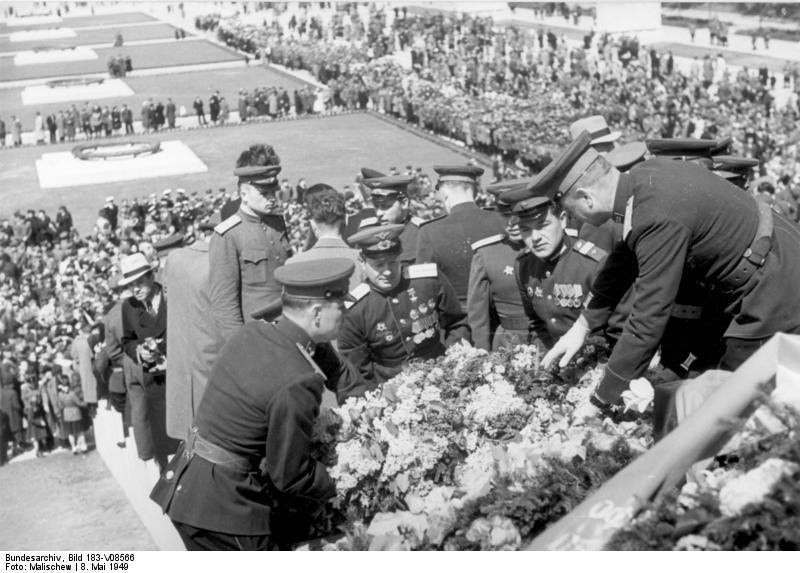 Berlin-Treptow, Einweihung sowjetisches Ehrenmal