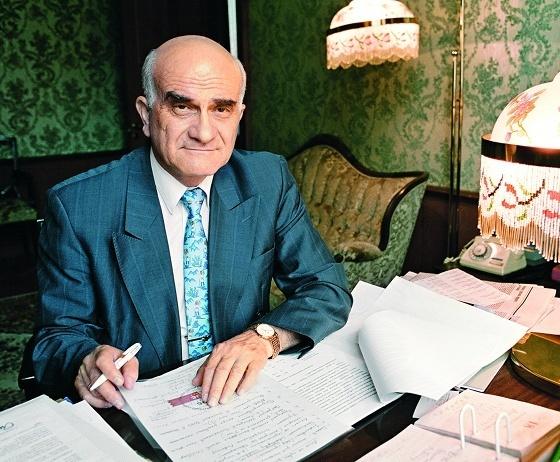 Биография Евгения Григорьевича Ясина.