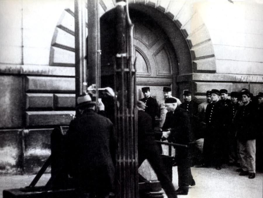 Eugen_Weidmann_guillotine_2_big