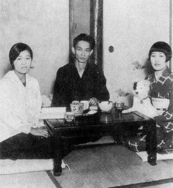 Yasunari_Kawabata_1930+wife_and_sister